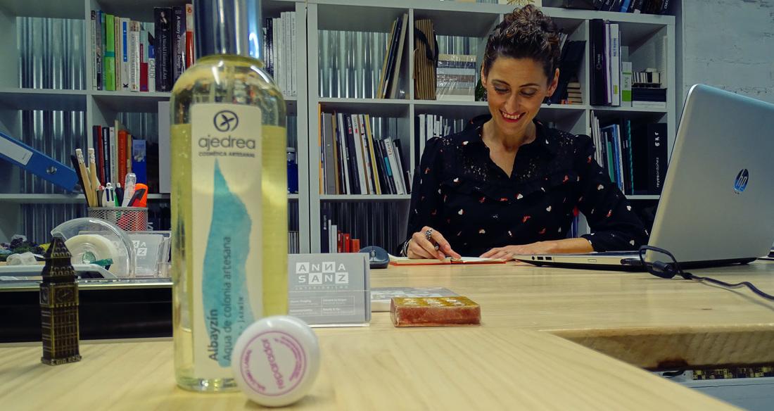 Anna Sanz, una diseñadora de interiores que cuida su imagen con Ajedrea.