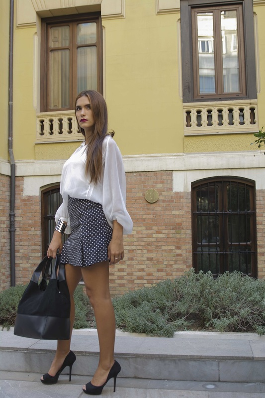 Look after work, enseña las piernas