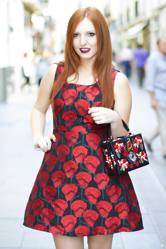 Moda velvet con este vestido negro de rosas rojas