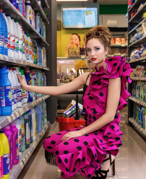 Con el chandal y los tacones, únete a la moda flamenca más callejera